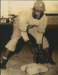 Le joueur de baseball Jackie Robinson.