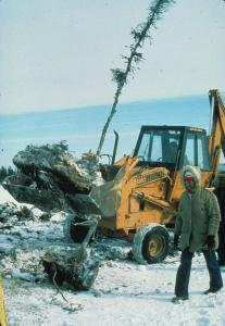 Prélèvement des blocs de tourbe dans la tourbière du lac Hélène à la baie James à l'hiver 1979.