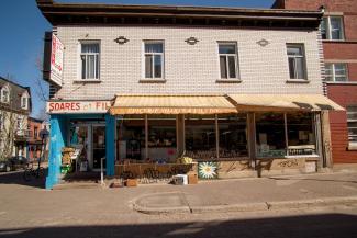 Devanture de l'épicerie Soares et fils sur la rue Duluth.