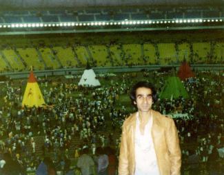 Homme dans les gradins du stade olympique.