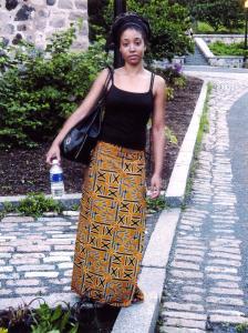 Jeune fille debout dans un parc