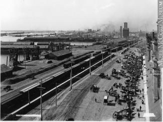 Aperçu du port de Montréal à partir du marché Bonsecours vers l'ouest