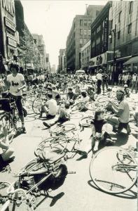 Manifestation de cyclistes sur la rue Sainte-Catherine. Les vélos et les cyclistes sont sur le sol.