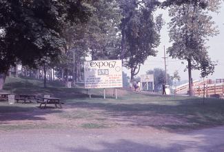 Pancarte indiquant qu'il reste 598 jours avant l'ouverture de l'Expo. Il y a aussi des tables à pique-nique.
