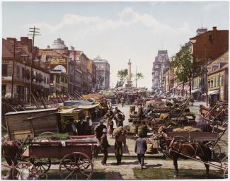 Carte postale ancienne, colorisée, représentant des marchands de légumes sur une place publique.