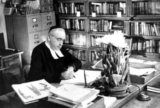 Le frère Marie-Victorin dans son bureau de l'Institut botanique au Jardin botanique de Montréal sur la rue Sherbrooke.