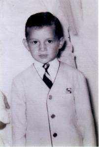 Photo de Michel Barrette enfant portant un veston et une cravate