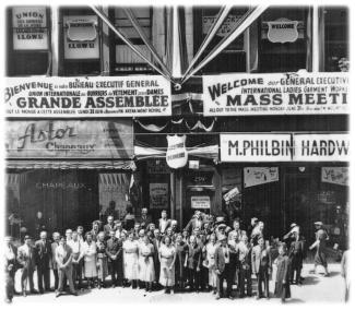 Grévistes devant des magasins de la rue Sainte-Catherine en 1937.
