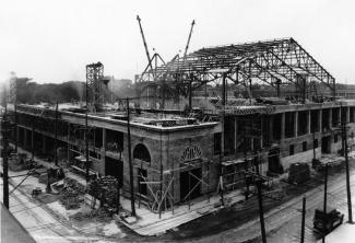 Photographie en oblique du bâtiment en construction en 1924.