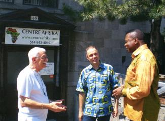 Le père Gilles Barette, Missionnaire d'Afrique et ancien directeur du Centre Afrika, Jean-François Bégin, coordonnateur, et Jean Marie Mousenga, intervenant, devant le centre, au 1644, rue Saint-Hubert à Montréal.