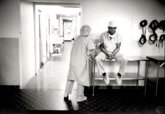 Le docteur Martinez, neurochirurgien dominicain, est assis sur une table dans un hôpital, une collègue à ses côtés lui touche le bras