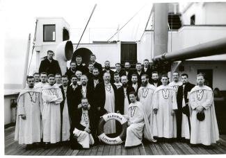 Un groupe de Pères blancs, sur un bateau entreprennent la traversée de l'Atlantique.