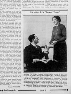 Coupure de revue montrant une scène du radioroman La Pension Velder : une femme sert une tasse de thé à un homme assis.