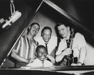 Oliver Jones au piano entouré de ses musiciens