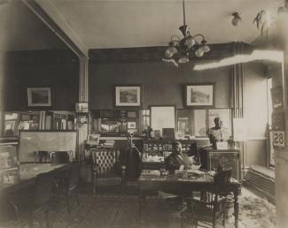 Ucal-Henri Dandurand dans son bureau