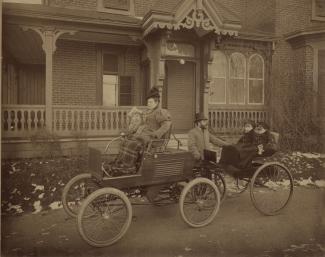cal-Henri Dandurand et sa famille posant avec la première voiture à Montréal.