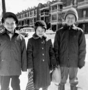 Photo de trois enfants dans une rue en hiver.