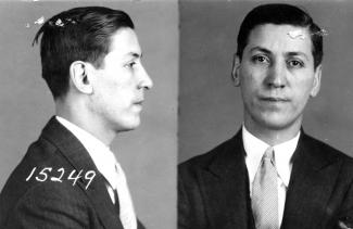Photographie, en noir et blanc, en plan rapproché poitrine, d'un homme portant un complet cravate.