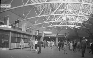 Voyageurs dans la salle des pas perdus, 1948.