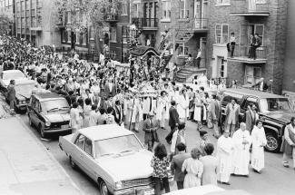 Procession du Santo Cristo dans une rue de Montréal dans les années 1960-1970.