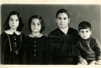 Photo de passeport d'Ida Stinziani et de ses enfants, Thérèse, Antoinette et Joseph.