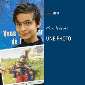 Un élève tient une photo.