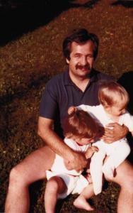 Charles en compagnie de deux de ses fils enfants.