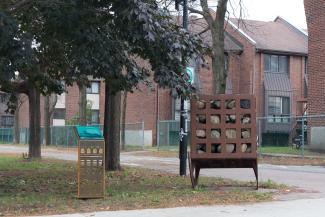 Photo montrant la borne commémorative du premier chemin de fer dans le parc linéaire