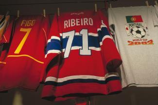 Chandail de Mike Ribeiro dans l'exposition Encontros présentée au Centre d'histoire de Montréal.