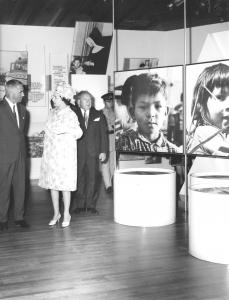 La reine visite le pavillon des Indiens du Canada. On peut voir des photos présentés dans l'exposition.