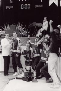 Groupe de la LNI se réjouissant d'avoir remporté la coupe mondiale d'improvisation