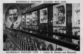 Une vue en noir et blanc de l'intérieur d'un bar. En haut à gauche, un portrait de Rufus Rockhead.