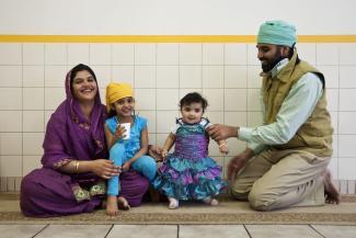 Famille indienne avec deux jeunes enfants