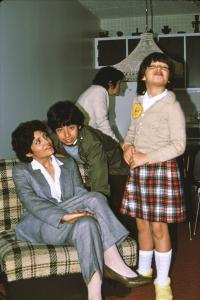 Une mère d'origine chilienne et ses deux enfants dans la maison familiale