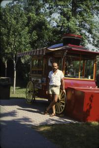 Un homme pose devant un kiosque de friandises sur l'île Sainte-Hélène