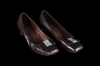 Paire de souliers de l'uniforme d'une hôtesse du pavillon du Québec ayant appartenu à Monique Michaud. Souliers bruns ornés d'une boucle brun et bleu pâle, signés Christina.