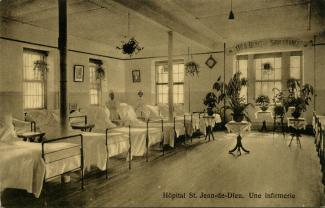 Carte postale montrant une infirmerie avec une rangée de lits