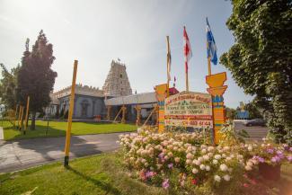 Vu extérieur du temple hindou de Dollard-des-Ormeaux