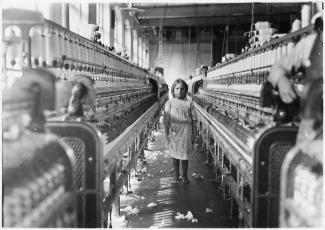 Photo montrant une fillette au milieu des machines dans une filature