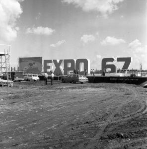 Première présentation des lettres EXPO 67 qui seront par la suite installées sur l'île Sainte-Hélène, près du fort.