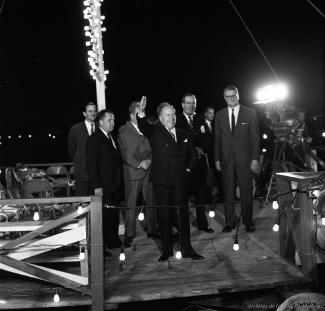 Pierre Dupuis, Robert Shaw et les autres membres du bureau de direction de la Compagnie de l'Exposition débarque à l'île Sainte-Hélène, venant du port de Montréal.