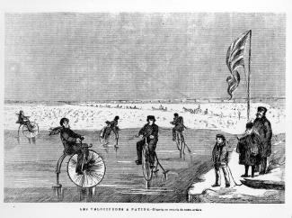 Cinq personnes font du vélocipède à patins sur une patinoire sur le fleuve