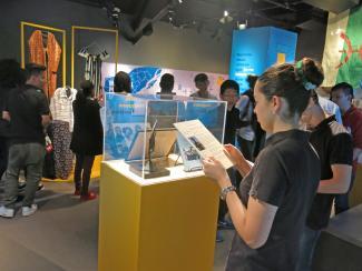 Des élèves visitent l'exposition «J'arrive à Montréal».