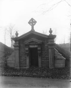 Mausolée du cimetière Notre-Dame-des-Neiges de Thomas D'Arcy McGee, l'un des pères de la confédération.