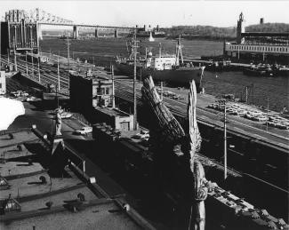 Vue sur le port de Montréal à partir de la chapelle Notre-Dame-de-Bon-Secours. À gauche, on peut voir le pont Jacques-Cartier.