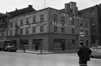 La Star Tavern, autrefois la taverne Joe Beef au XIXe siècle, sur la rue de la Commune en 1964.