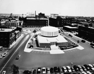 Photo en noir et blanc du planétarium et de la brasserie Dow