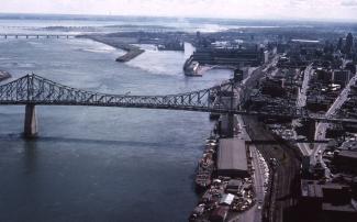 Entre le pont Jacques-Cartier et le pont Victoria, on aperçoit les quais du port, les bassins près de l'entrée du canal Lachine et la jetée McKay, 1963.