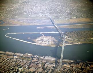 Photographie couleur d'une vue aérienne sur le pont traversant le fleuve Saint-Laurent.