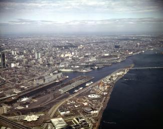 L'agrandissement de la jetée et la construction du pont de la Concorde sont complétés, plusieurs pavillons d'Expo 67 sont visibles.